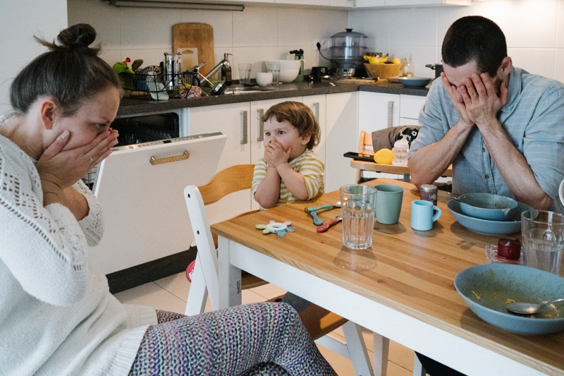 Idee für natürliche Familienbilder am Esstisch familienfotografie