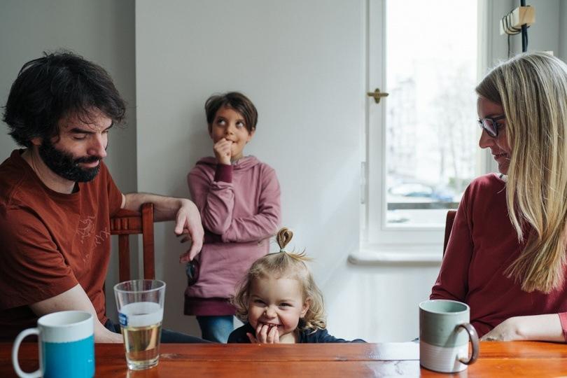 Familie am Tisch zuhause